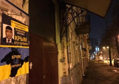Плакат, на якому російський дипломат визнає Крим українським