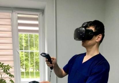 Врач в очках виртуальной реальности