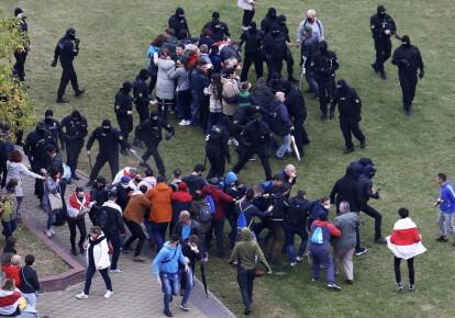 Зіткнення білоруських поліцейських з учасниками мітингу протесту проти результатів президентських виборів у Мінську, 11 жовтня 2020 р.
