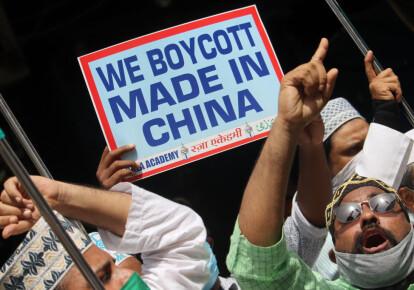 Индийские активисты держат плакаты и выкрикивают лозунги против Китая во время акции протеста в Мумбаи, Индия, 20 июня 2020 года / Getty Images