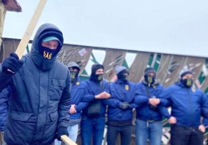 """Активисты """"Нацкорпуса"""" блокируют отель """"Навария Нова"""" и завод """"Керамбуд"""", принадлежащие нардепу Тарасу Козаку"""