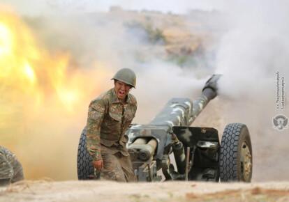 Армянский солдат во время боевых столкновений с азербайджанской армией на линии соприкосновения самопровозглашенной Нагорно-Карабахской Республики