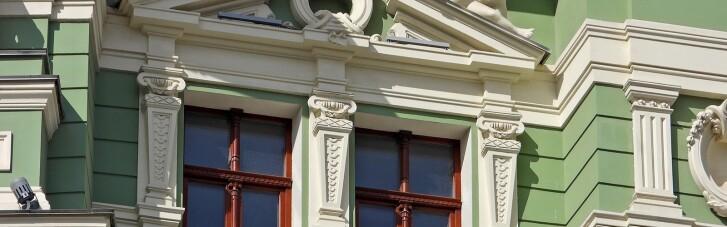 В Одессе у статуи на фасаде отреставрированного за 150 млн дома отвалилось лицо, за которым скрывалась бутылка