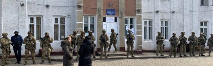 Довыборы на Прикарпатье: ОИК №87 окружили спецназовцы (ФОТО, ВИДЕО)