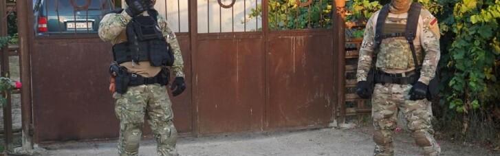 Озброєні силовики прийшли з обшуками до кримських татар, почалися затримання
