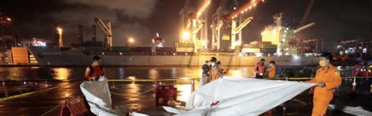 На місці падіння літака в Індонезії знайшли уламки літака та рештки тіл (ФОТО)