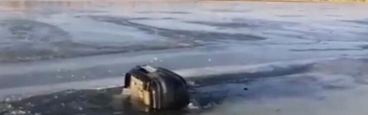 В России семья с тремя детьми утонула, провалившись под лед на машине (ВИДЕО)