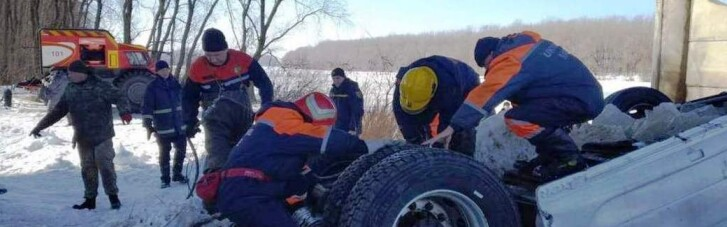 На Черниговщине вытащили из реки фуру, упавшую с моста