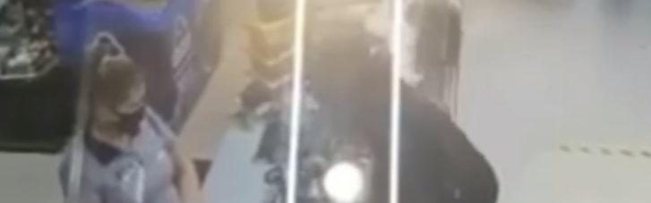 У Києві на АЗС водій плюнув в обличчя касиру на зауваження про відсутність маски (ВІДЕО)