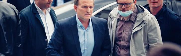 """""""Тітушки"""" оточили вхід у будівлю суду з Медведчуком і не пускають журналістів (ФОТО, ВІДЕО)"""