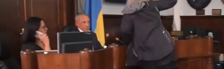 У Чернівцях жінка намагалася побити мера на сесії міськради