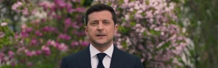 Зеленский под цветущими деревьями почтил память всех, кто защищал Украину от нацизма (ВИДЕО)