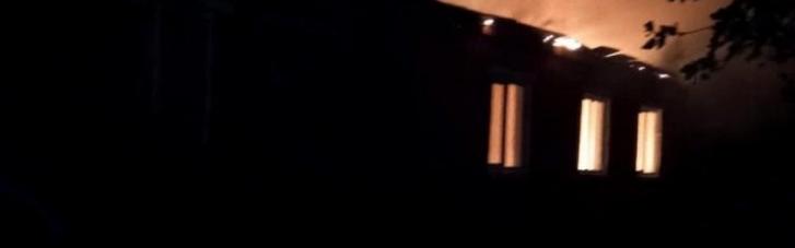 На Рівненщині через удар блискавки загорілася школа (ФОТО)