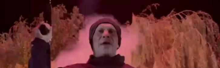 Выпустил автоматную очередь под фейерверк сзади: Кива записал странное видео в годовщину убийства Бандеры