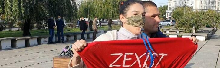 Активістка Femen задерла спідницю перед Зеленським (ФОТО, ВІДЕО 18+)