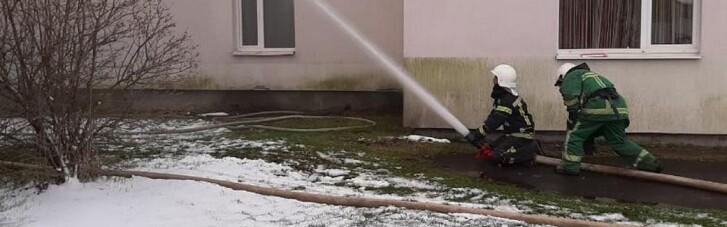 """На Прикарпатті горіла """"коронавірусна"""" лікарня, евакуювали майже 40 людей (ФОТО, ВІДЕО)"""