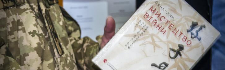Компанія Yakaboo передала військовослужбовцям 500 книжок