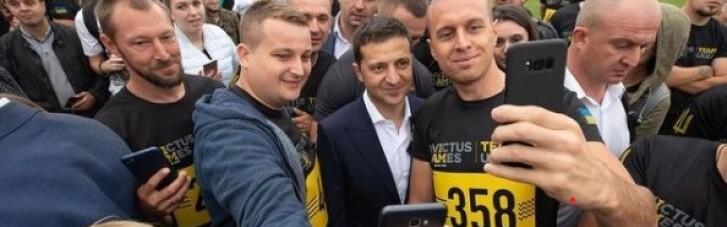 Зеленский поздравил добровольцев и выложил фото, где он стоит в толпе без маски (ФОТО)