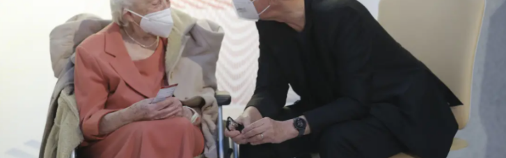 Премьер Чехии принял вакцину в прямом эфире вместе с 95-летней ветеранкой (ФОТО)