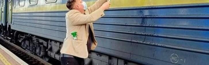 """Мандрівник з Данії самотужки мив брудні вікна в потягу """"УЗ"""" (ФОТО)"""