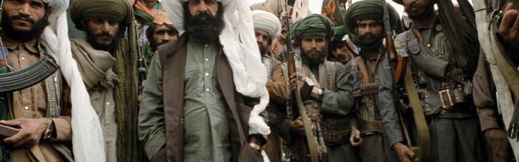 Талибы закрашивают фрески и муралы на улицах Кабула и заменяют их на флаги и религиозные лозунгия