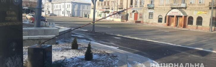 Полиция поймала вандалов, которые повредили памятник Героям-добровольцам в Лисичанске (ФОТО)