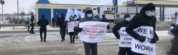 Під Одесою моряки знову перекрили трасу на Київ: вимагають президента (ФОТО)
