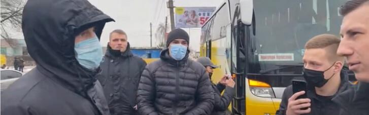 """Нацкорпус зупинив автобус з групою підтримки """"телеканалів Медведчука"""" (ВІДЕО)"""