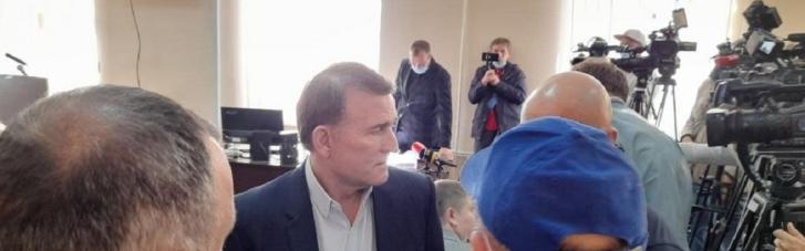 """Под суд, где рассматривают продление меры пресечения одиозному Медведчуку, согнали """"титушек"""""""