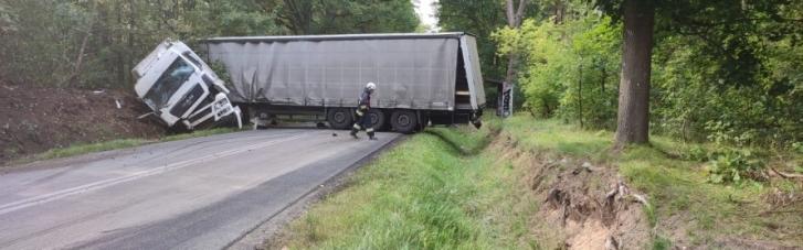 В Польше микроавтобус столкнулся с грузовиком: погибли двое украинцев
