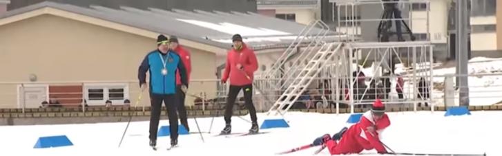 """З'явилося відео, як Лукашенко """"розсікає"""" на лижах і перемагає суперника, який впав 4 рази на фініші"""