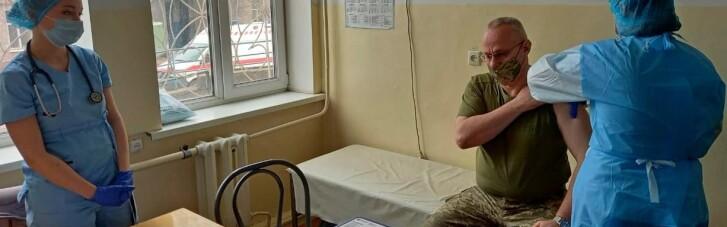 Головнокомандувач ЗСУ Хомчак отримав щеплення проти COVID-19