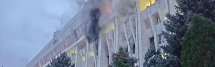"""Заворушення у Бішкеку: протестувальники підпалили """"Білий дім"""" і звільнили з СІЗО експрезидента (ВІДЕО)"""