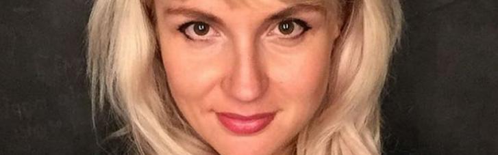 """Жінка, яка викинула українські паспорти, загриміла в базу """"Миротворця"""" (ФОТО)"""