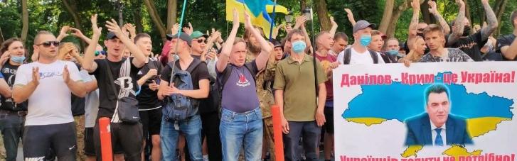 Ветерани АТО та націонал-патріоти заблокували дорогу біля будинку Зеленського і вимагають відставки Данілова (Відео)