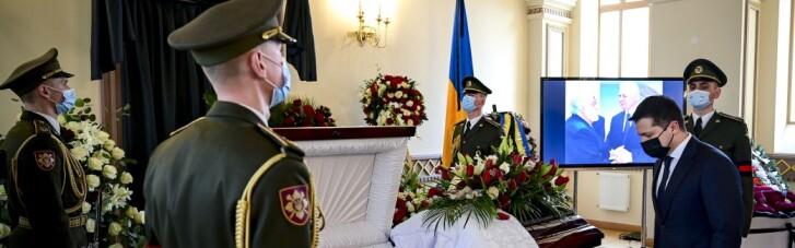 Зеленський прийшов на прощання з першим главою МЗС України (ФОТО)