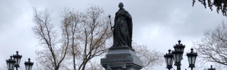 В Симферополе треснул поставленный оккупантами памятник Елизавете II, — СМИ