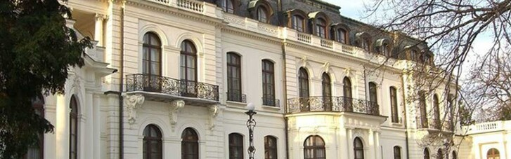 В Праге у российского посольства хотят забрать часть парка