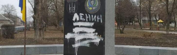 В Лисичанске поймали вандала, разрисовавшего памятник Героям-добровольцам. Им оказался местный сумасшедший