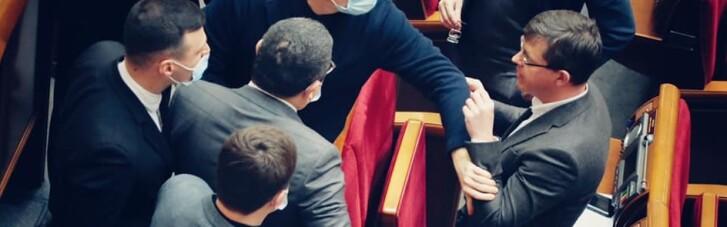 """В Раде новый конфликт: нардеп от ОПЗЖ потаскал за уши одного из """"слуг"""" (ФОТО)"""