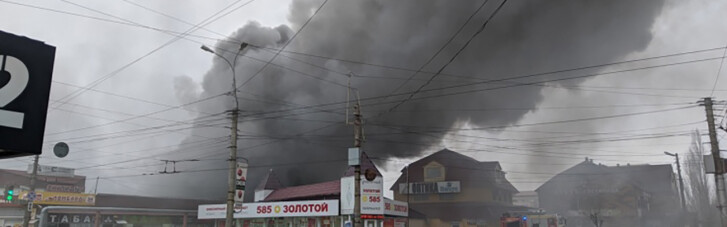 В России произошел крупный пожар на рынке: эвакуировали 150 человек (ФОТО, ВИДЕО)