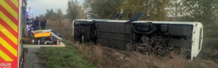 На трасі на Полтавщині перекинувся автобус, травмувалися 11 людей (ФОТО)