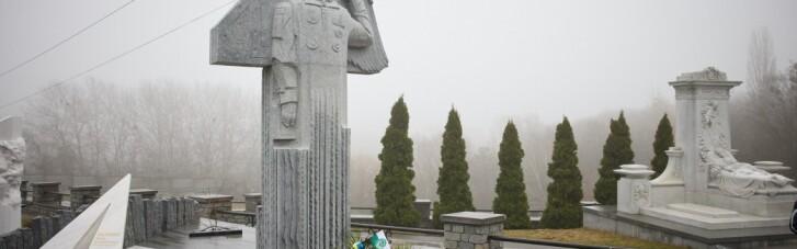 На годовщину приземления: в Киеве открыли памятник Леониду Каденюку (ФОТО)