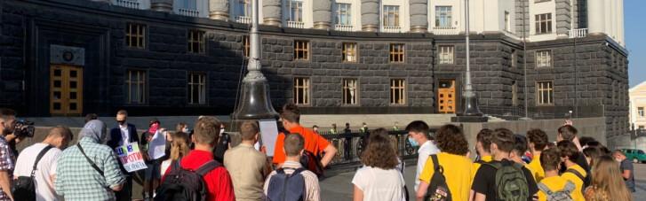Под Кабмином десятки людей требуют отставки Шкарлета (ФОТО)