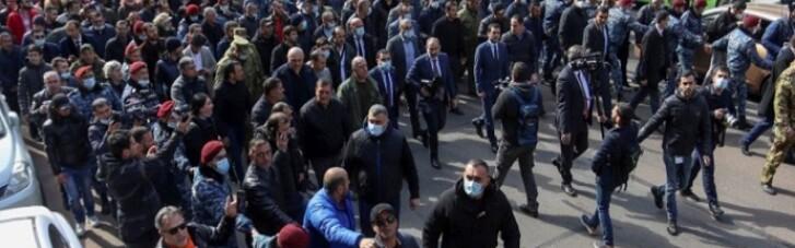 В Армении демонстранты заблокировали парламент