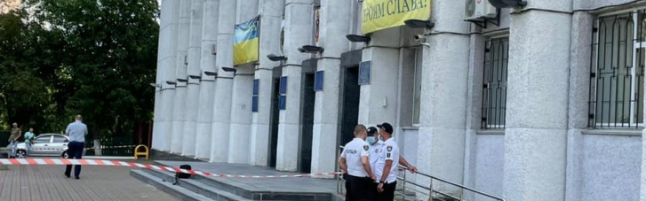 У Вишгороді до міскради прийшов чоловік з пістолетом і мечем та почав стрілянину