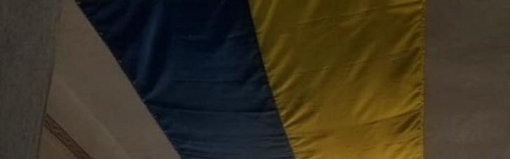 У Миколаївській РДА прикрили дірку в стелі в кабінеті великим прапором України (ФОТО)