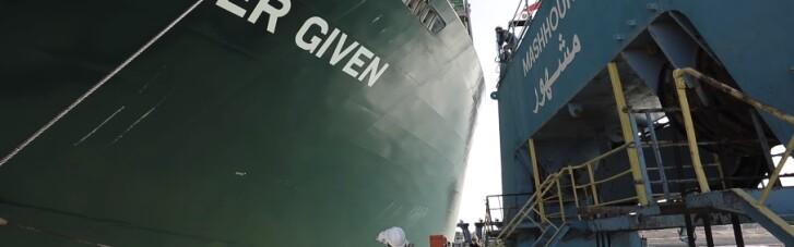 Контейнеровоз Ever Given зняли з мілини в Суецькому каналі (ВІДЕО)