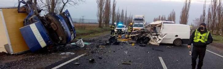 На Николаевщине микроавтобус, перевозивший умерших от COVID-19, столкнулся с грузовиком: есть погибший (ФОТО, ВИДЕО)