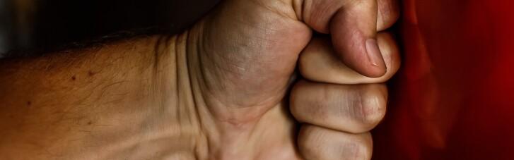 """Куда жаловаться на домашнее насилие: Минсоцполитики перечислило номера """"горячих линий"""""""